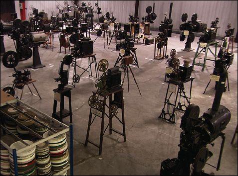 La collection de projecteurs CHARLES et GOURSAUD dans son hangar