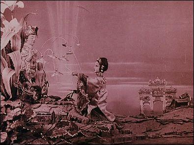 LES YEUX DU DRAGON (1925) un film de Ladislas STAREWITCH - photogramme