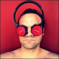un casque devant les yeux (photographie de Nicolas Larzul)